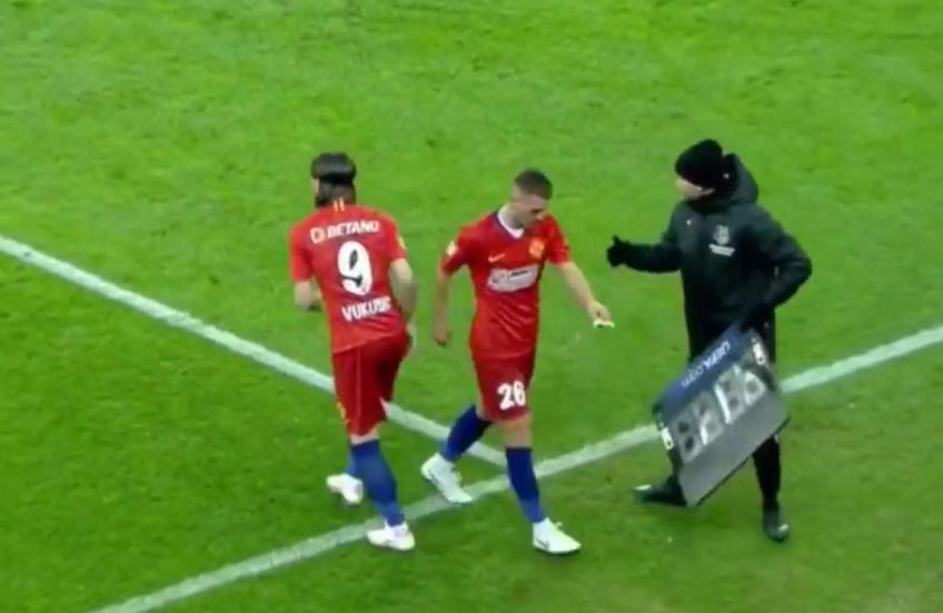 În minutul 37 al meciului FCSB - Gaz Metan, la scorul de 0-0, roș-albaștrii au efectuat o modificare surprinzatoare și au schimbat astfel radical modulul de joc.
