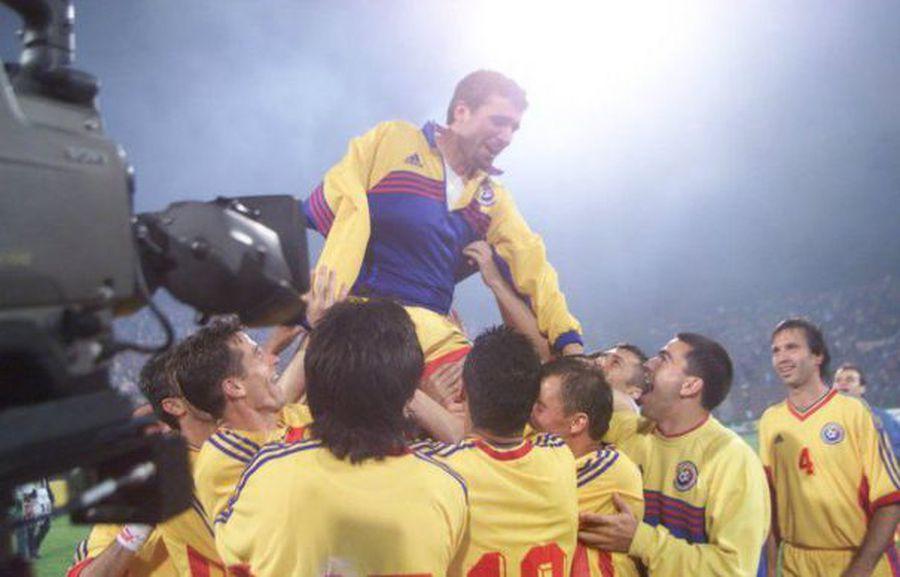 Ștefan Nanu, primul din stânga, și ceilalți tricolori îl poartă pe brațe pe Hagi după victoria cu Ungaria din 1999