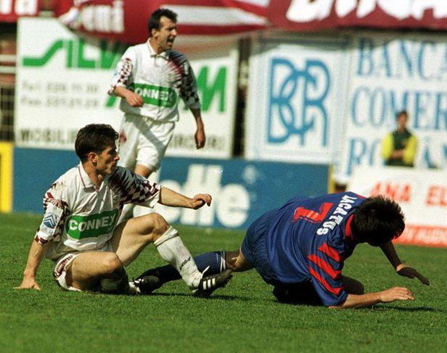 Ștefan Nanu, într-un duel aspru cu Marius Lăcătuș. Imagine dintr-un derby Rapid - Steaua, la finele anilor 90
