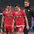 Jordan Mustoe (în stânga), alături de Dan Nistor și Vlad Muțiu, într-unul dintre puținele meciuri jucate de englez la Dinamo. Sursă foto: Gazeta Sporturilor