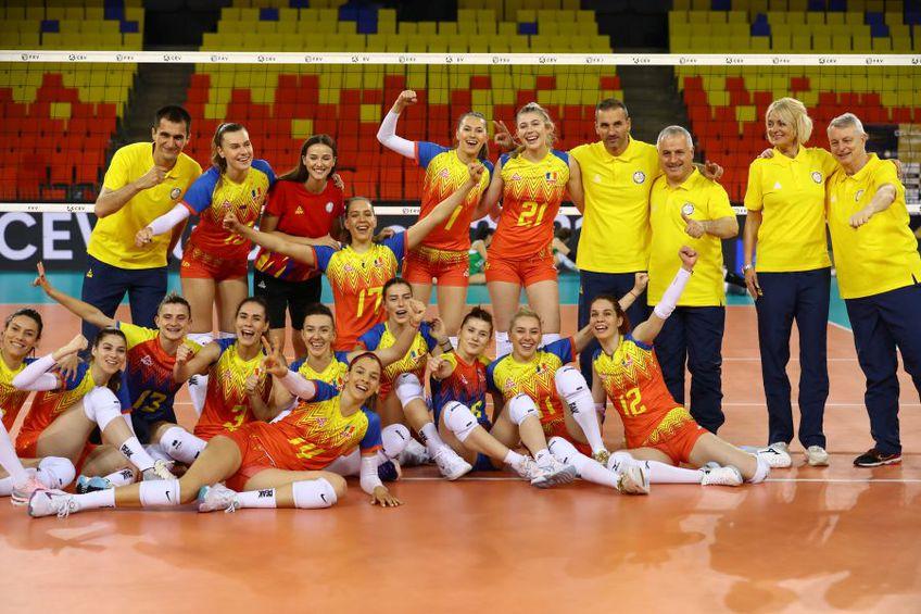 O poză de grup cu echipa României după victoria în fața azerelor FOTO Marius Ionescu