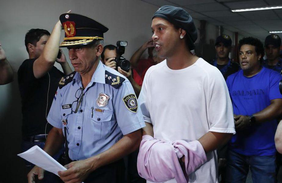 Ronaldinho și fratele lui se află în arest la domiciliu la Asunción, după ce au stat o lună în spatele gratiilor. Ambii sunt acuzați că au pătruns în Paraguay cu acte false, fiind bănuiți că fac parte dintr-o rețea de spălare de bani.