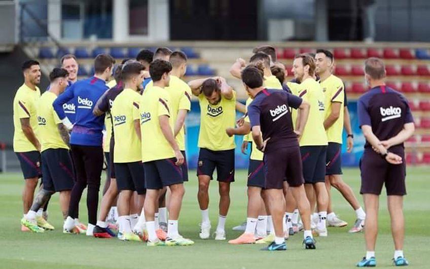 """Jordi Alba, fundașul stânga al Barcelonei, a fost văzut în sfârșit la volanul noului său Range Rover. Colegii l-au trecut prin """"tunelul palmelor""""."""