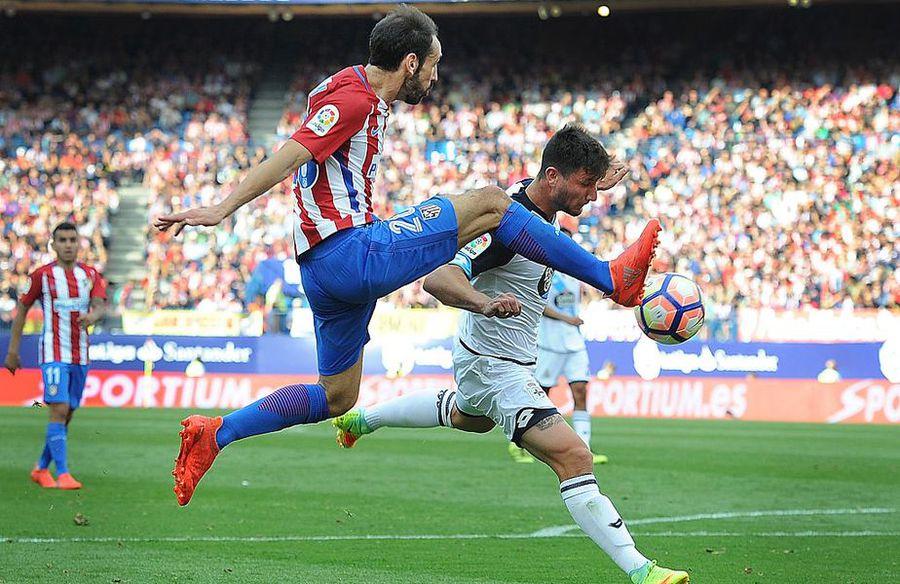 Borja Valle în duel cu Juanfran, într-un Deportivo - Atletico