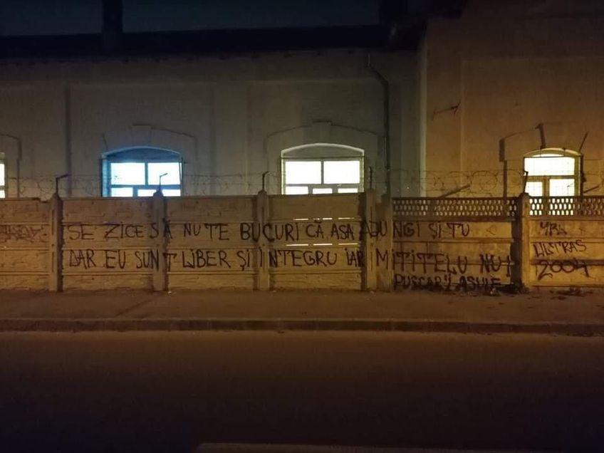 Un mesaj adresat lui Adrian Mititelu (52 de ani) a apărut în mai multe locuri din Craiova.