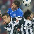 Pancu și Uzulmez, în duel cu Frank Lampard, într-o partidă dintre Chelsea și Besiktas (Liga Campionilor)