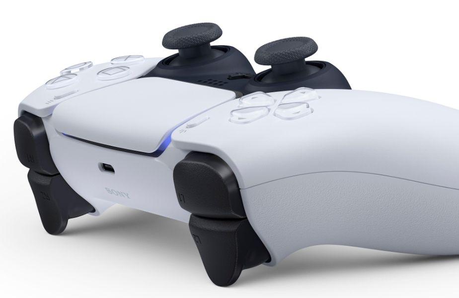 Sony a publicat primele imagini cu noul controllerDualSense, care a suferit ușoare modificări de look, adoptând un design asemănător cu cel al rivalilor de la Xbox. Noul controller va apărea pe piață odată cu noulPlayStation5, la sfârșitul anului 2020.