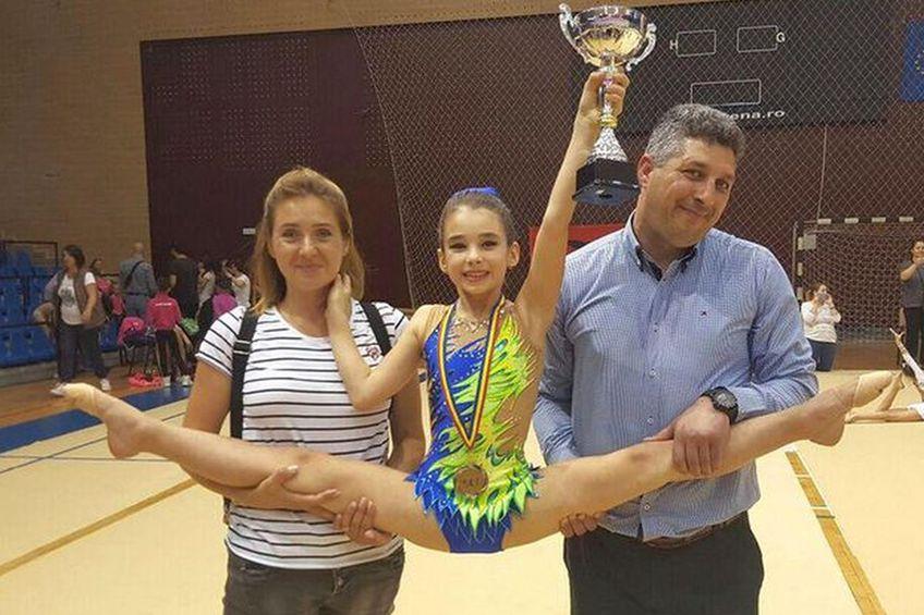 Tatăl micuței gimnaste susține că scrisoarea în care părinții au sărit în apărarea Adrianei Teocan a fost, de fapt, fabricată