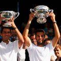 Horia Tecău (stânga) și Jean-Julien Rojer zâmbitori cu trofeele de la Wimbledon 2015 Foto Guliver/GettyImages