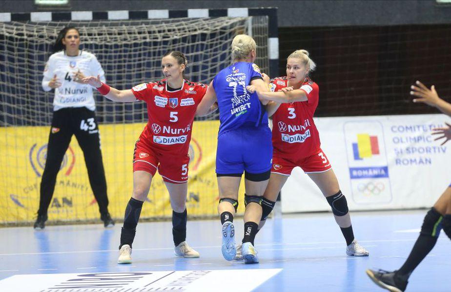 Aardahl (dreapta) și Trifunovici nu o lasă pe Crina Pintea să-și găsească poziția ideală FOTO Marius Ionescu