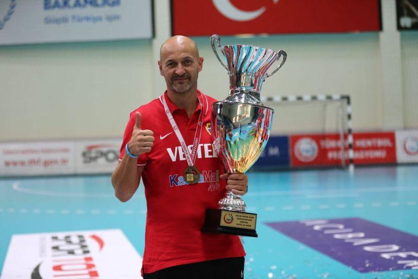 Costică Buceschi zâmbind cu trofeul Supercupei Turciei în brațe