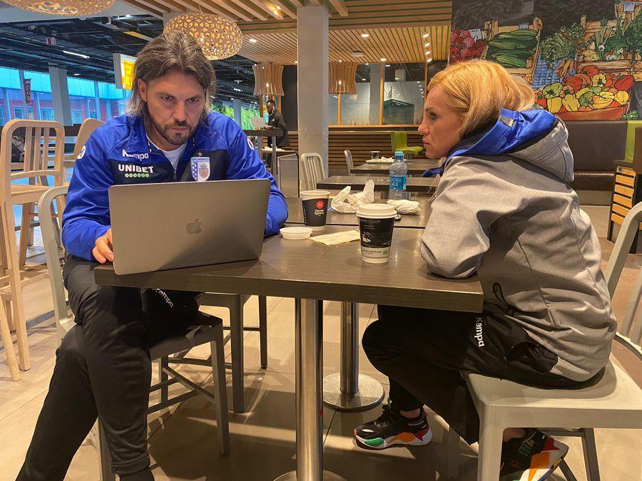 Între două avioane, timp pentru discuții între antrenorii Adi Vasile și Iulia Curea FOTO CSM București