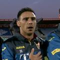 Mario Camora (33 de ani, fundaș stânga), convocat în premieră la echipa națională, a cântat cu emoție imnul României înaintea meciului decisiv cu Islanda din semifinala play-off-ului pentru Campionatul European // Capturi ProTV