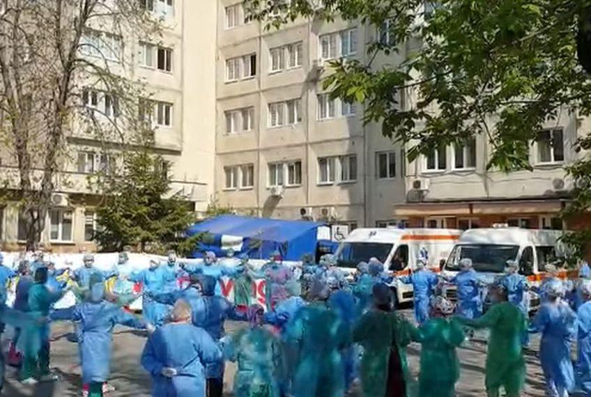 """Personalul medical al Spitalului """"Victor Babeș"""" din Craiova a dansat hora bucuriei după salvarea unui pacient // sursă foto: captură Facebook @ Spitalul Clinic """"Victor Babeș"""" Craiova"""