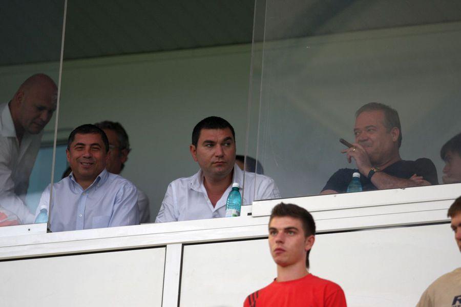 Agathon, savurând un trabuc alături de Cristi Borcea și Vasile Turcu