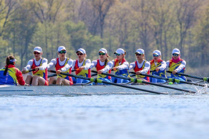 Echipajul de 8 plus 1 al României în cursă la Varese FOTO FR Canotaj