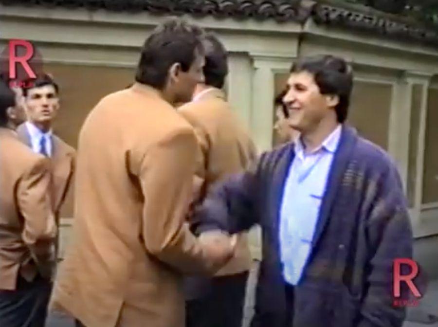 Victor Becali se salută cu Bogdan Stelea, tot în 1990, în ziua plecării naționalei la Campionatul Mondial