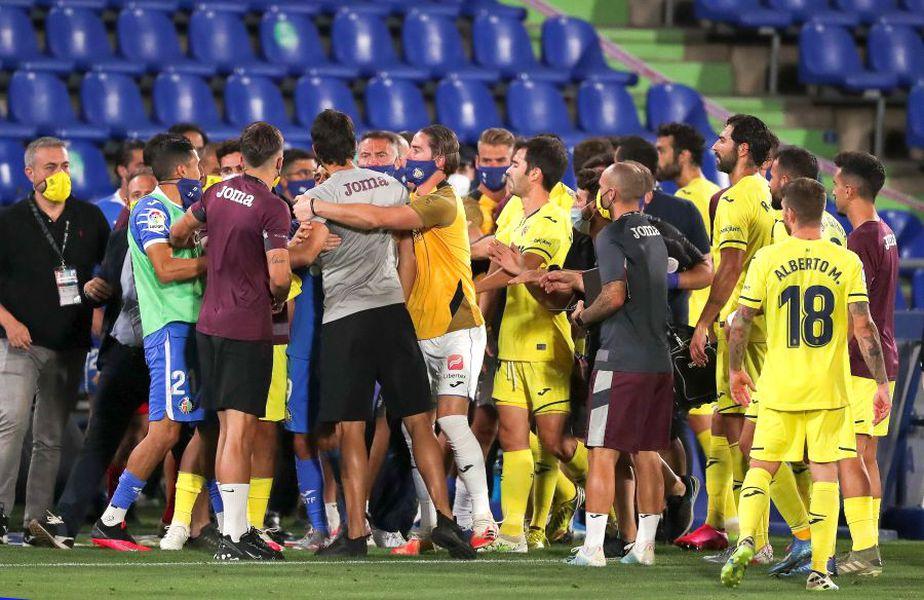Frustraţi de rezultat, dar mai ales de arbitraj, jucătorii s-au revoltat în prelungiri la adresa arbitrului Estrada Fernández. foto: Guliver/Getty Images