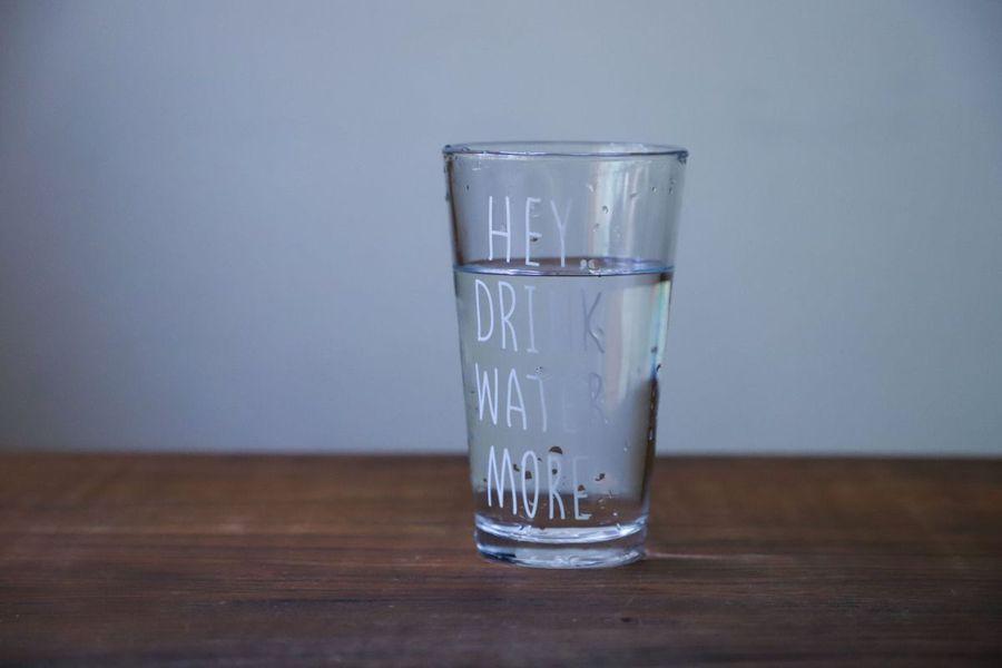 Cum te ajută un dozator de apă să te hidratezi corect, după un antrenament acasă?