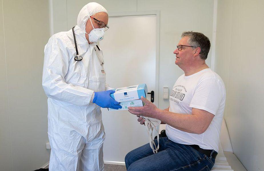Medicii fac eforturi pentru a-i ajuta pe oamenii în lupta contra coronavirusului // FOTO: Guliver/GettyImages
