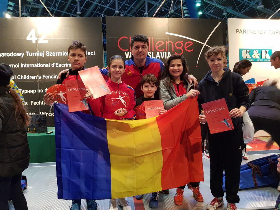 Fostul sabrer, acum antrenor, alături de elevii săi și de tricolor după un concurs FOTO Colecție personală