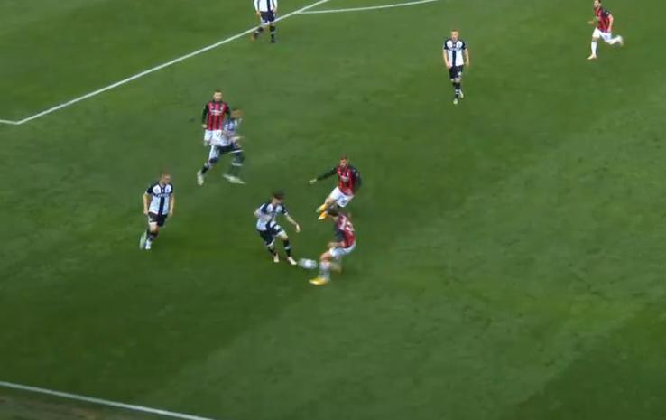 Dennis Man îi trece mingea printre picioare lui Zlatan Ibrahimovic