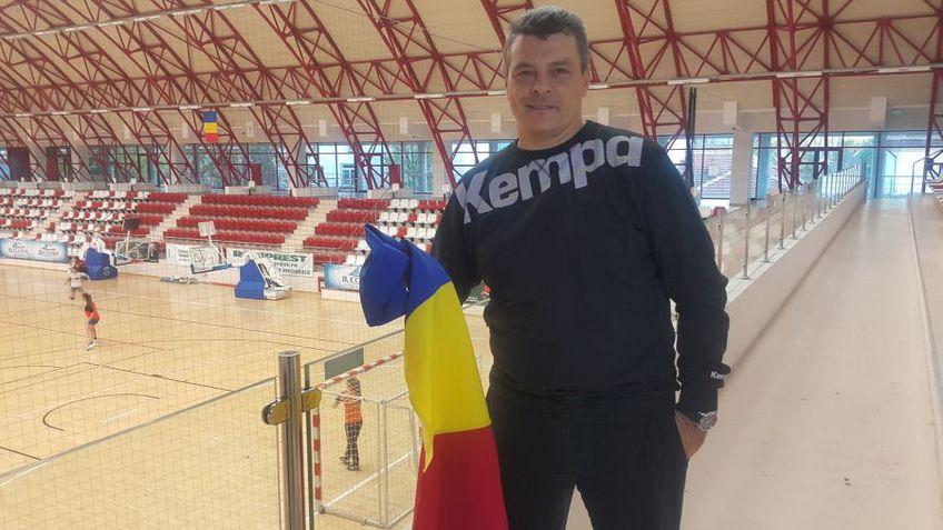 Xavier Pascual cu steagul României, în Sala Dinamo, la precedentul său mandat la naționala României