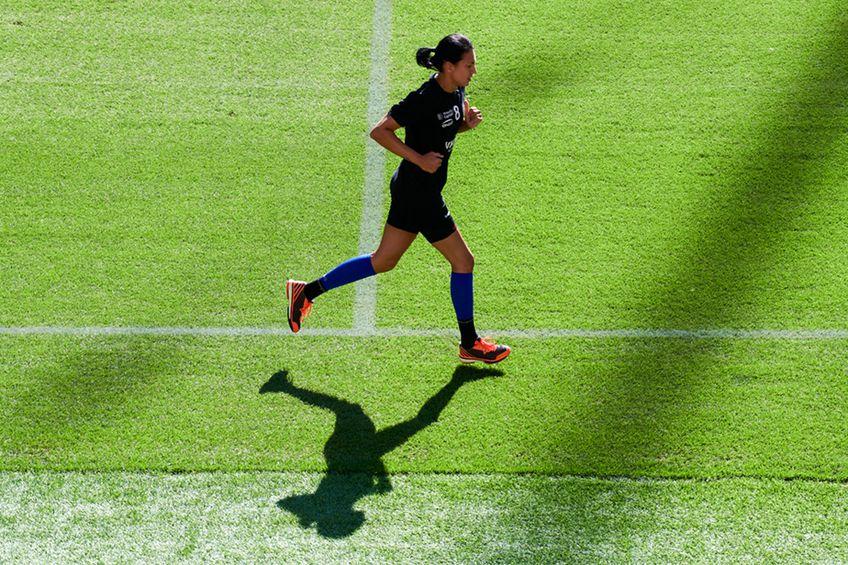 Cristina Neagu în alergare pe gazon FOTO Raed Krishan