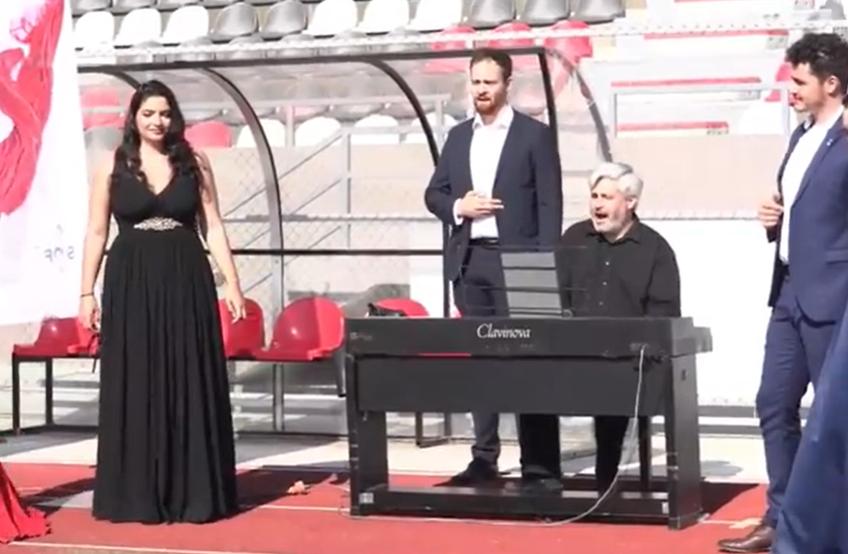 """Momente inedite s-au petrecut astăzi la stadionul lui Hermannstadt. Fotbaliștii lui Ruben Albes au primit vizita artiștilor lirici din proiectul """"Take an Opera Break""""."""