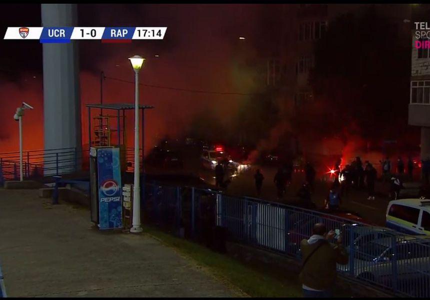 Craiova - Rapid. Torțe fani olteni / FOTO: Captură @TV Telekom Sport