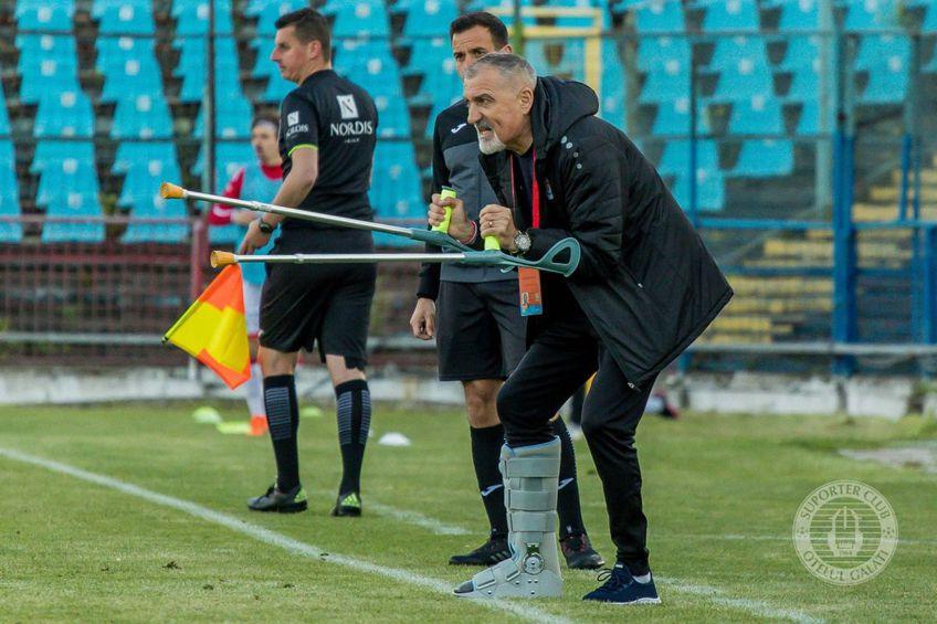 Petre Grigoraș, la un meci al Oțelului în 2020, imediat după operație. În prezent, antrenorul s-a recuperat și nu mai are proteză și cârje // Foto: Facebook Oțelul