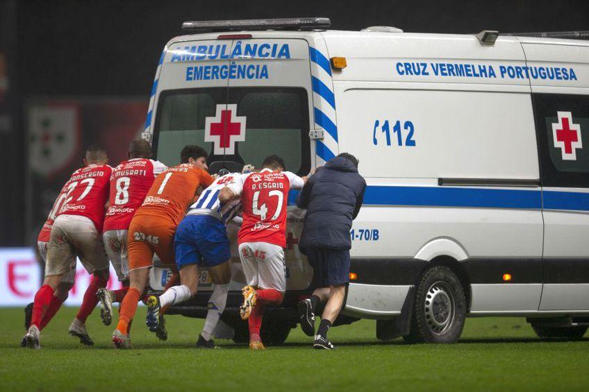 Ambulanța, împinsă de pe teren în Braga - FC Porto // foto: Imago