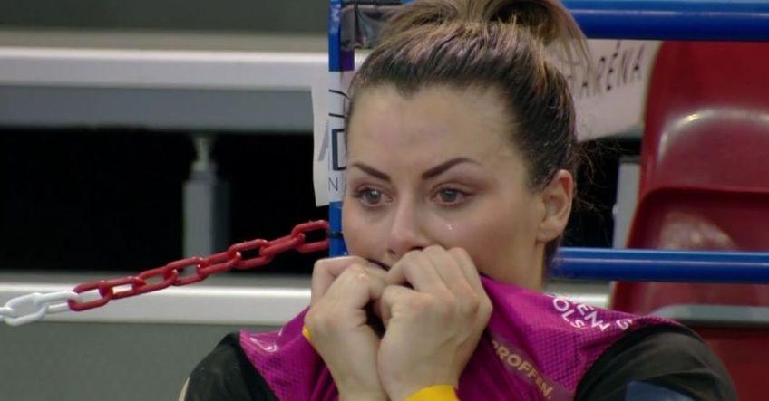 Nora Mork plângând în hohote pe bancă FOTO Captură EHFTV