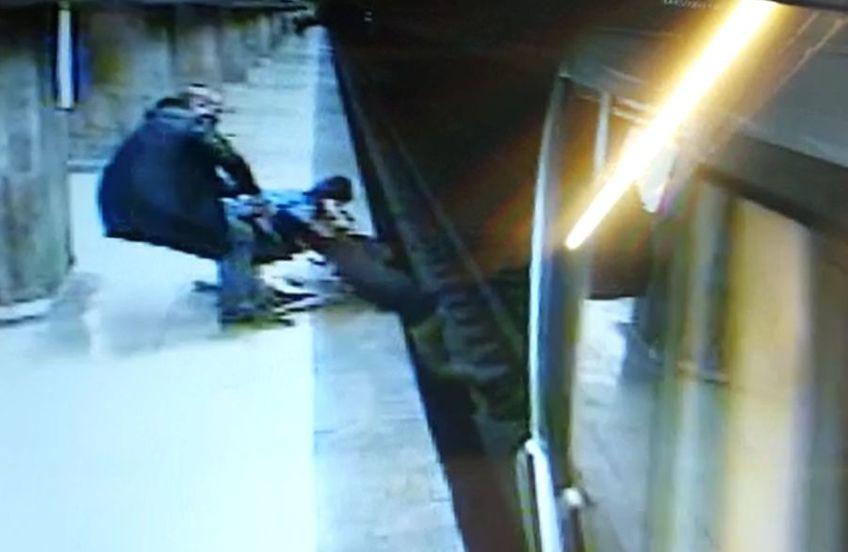 Miercuri, la stația de metrou Dristor 1, o adolescentă a încercat să se sinucidă. A avut norocul să fie ridicată la timp de alți doi călători. Numele unuia dintre ei este Răzvan Lupu, fiul fostului fotbalist Dănuț Lupu!
