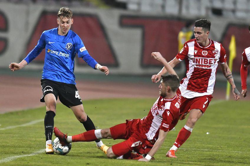 Marco Ehmann intervine prin alunecare într-un meci Dinamo - Viitorul // foto: Imago