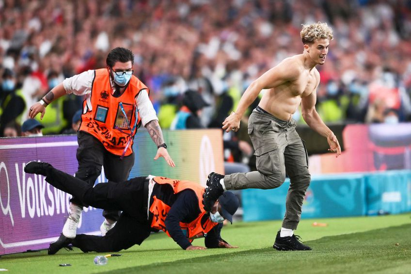 Spre finalul reprizei secunde din Italia - Anglia, finala EURO 2020, un fan a pătruns pe suprafața de joc // foto: Guliver/gettyimages