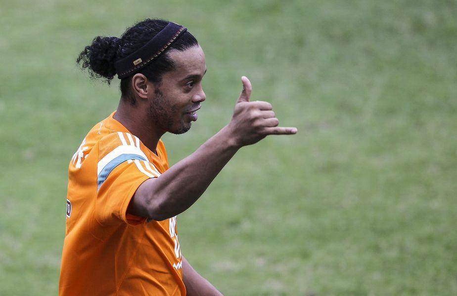 Ronaldinho face petreceri cu alcool și manechine în arest la domiciliu!