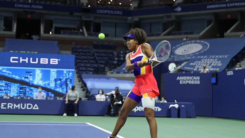 Naomi Osaka (22 de ani, 9 WTA) a învins-o pe americanca Jennifer Brady (25 de ani, 41 WTA), scor 7-6(1), 3-6, 6-3, și s-a calificat în finala US Open 2020.