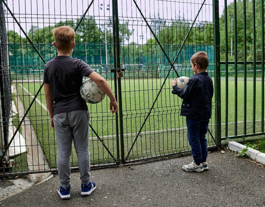 Copiii nu mai au voie să joace fotbal