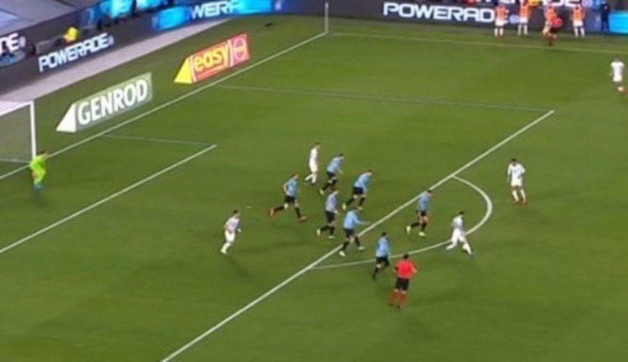 Încă o imagine devenită virală » Messi contra tuturor: șapte uruguayeni sunt atenți la el