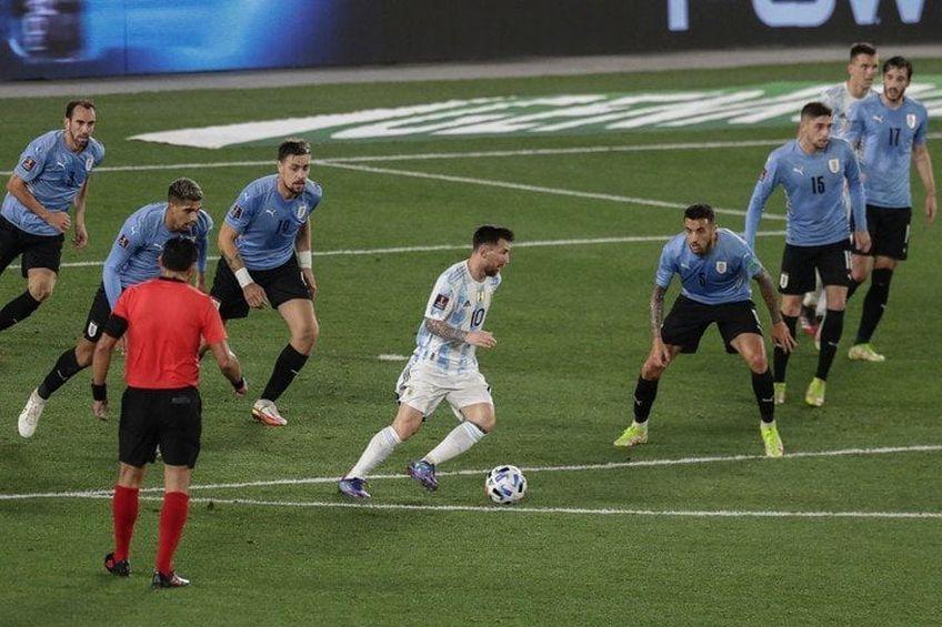 Messi contra tuturor: șapte uruguayeni sunt atenți la el