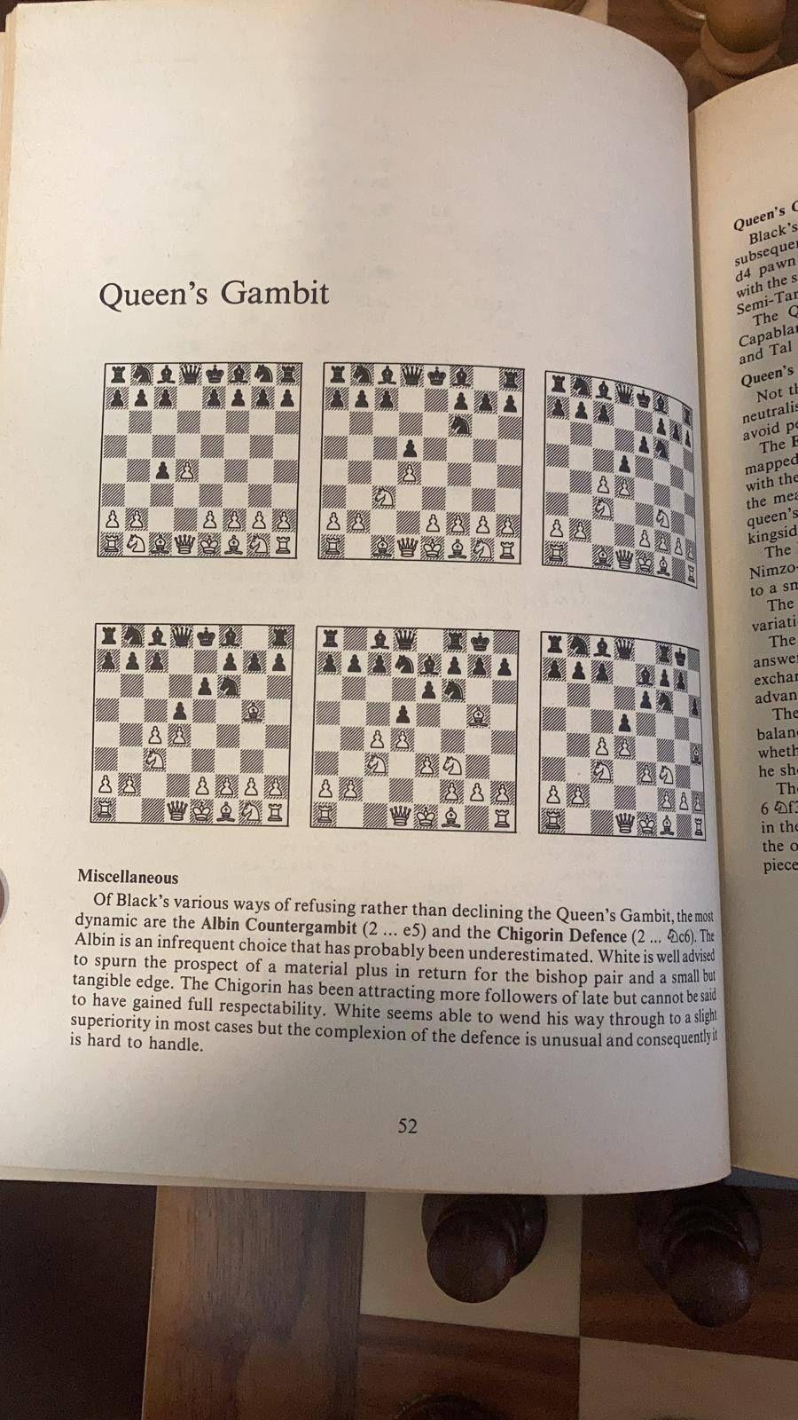 Așa arătau în anii '80 cărțile de studiu la șah, cea de față fiind deschisă chiar la Gambitul damei