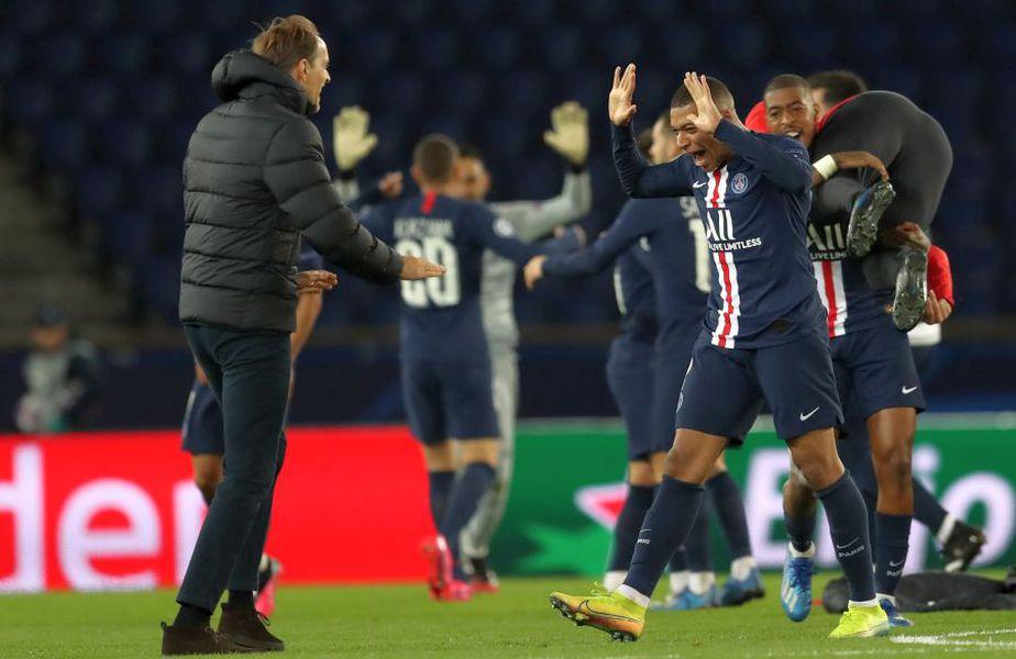 """Jucătorii lui PSG și antrenorul Thomas Tuchel se bucură după accederea în """"sferturi"""""""