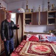 Ilie Dragomir doarme într-un dormitor plin de igrasie. Când plouă afară, tavanul se udă în multe porțiuni