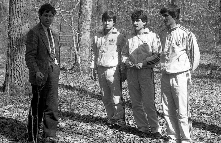 Fotografie din 1986, cu Lucescu, care era și selecționer și antrenor la Dinamo, la o acțiune a României, alături de 3 jucători de la 3 cluburi: Mateuț (Corvinul), Hagi (Sportul), Lăcătuș (Steaua)