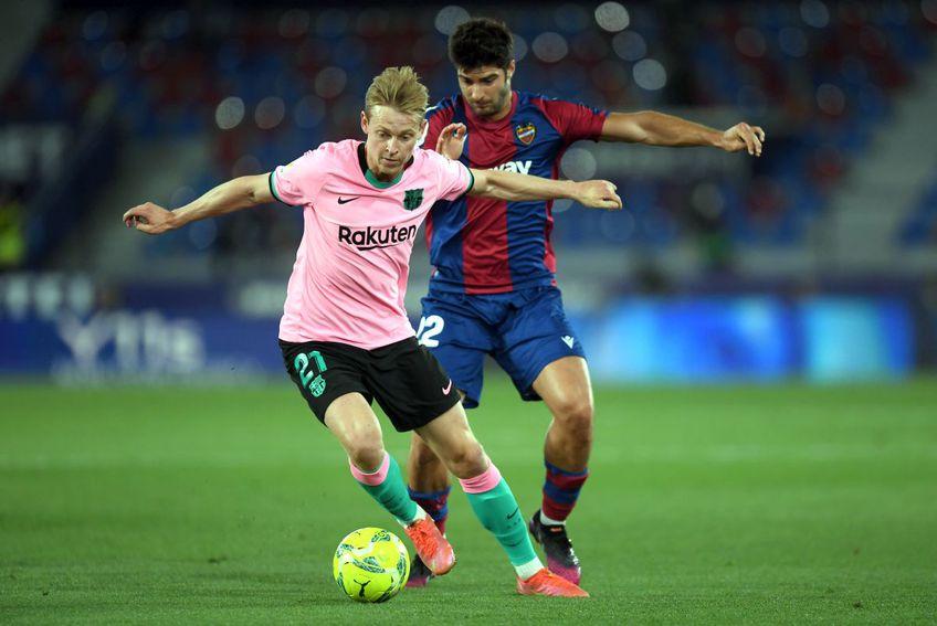 Frenkie de Jong vs Gonzalo Melero în Levante - Barcelona 3-3 // foto: Guliver/gettyimages
