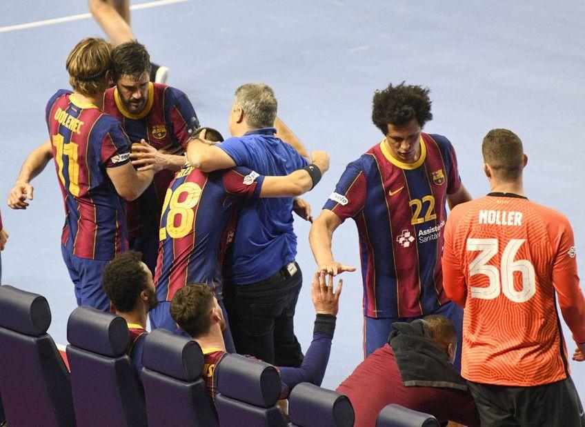 Xavier Pascual își felicită jucătorii pe bancă, la finalul partidei FOTO IMAGO