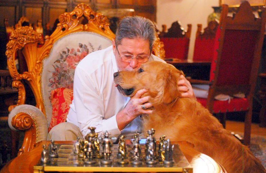 Cornel Dinu și câinele său, foto: Andrei Crăițoiu