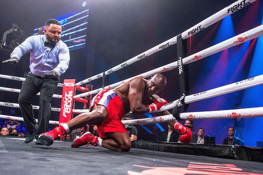 Evander Holyfield, făcut KO de Vitor Belfort // FOTO: AFP