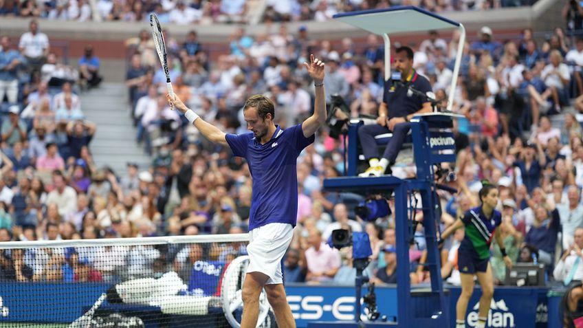 Daniil Medvedev (25 de ani, 2 ATP) este campionul din 2021 de la US Open! L-a învins clar în finală pe Novak Djokovic (34 de ani, 1 ATP), scor 6-4, 6-4, 6-4.